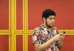 Usuário de smartphones para acessar a internet, Lucas Bitar, de 20 anos, teve que aprender a lidar com o computador numa ONG. Foto: Leo Martins / Agencia O Globo Foto: Leo Martins / Agência O Globo