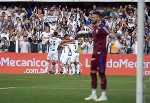 Jogadores do Santos comemoram um dos gols sobre o Avaí Foto: Flávio Hopp/Flavio Hopp/Parceiro/Agencia O Globo