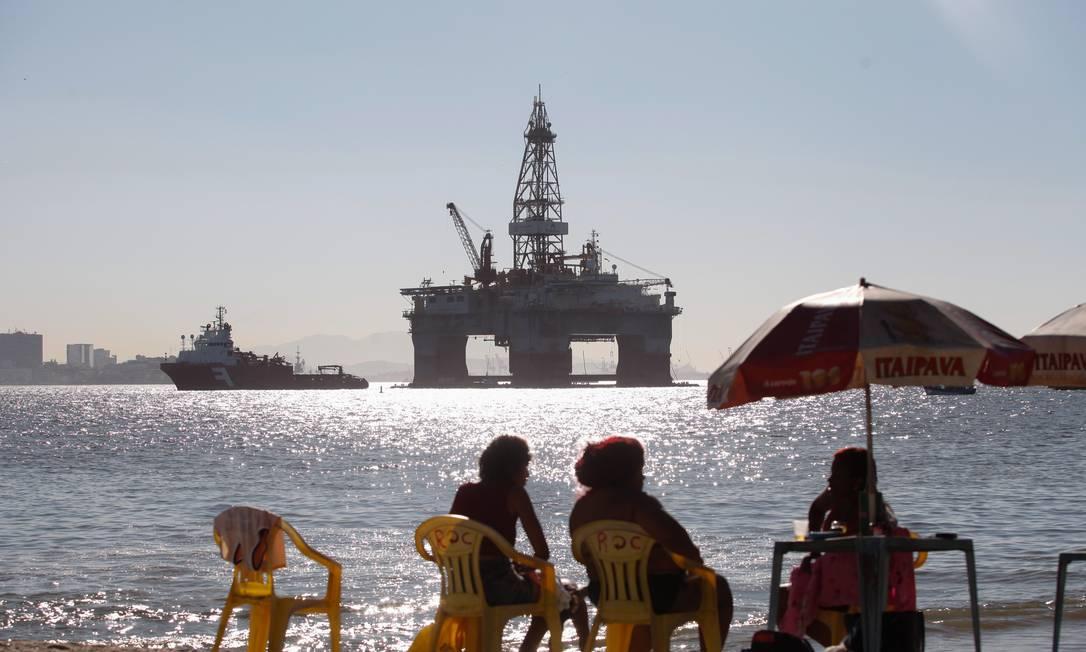 Plataforma de petróleo vista de praia em Niterói, no Rio de Janeiro Foto: Brenno Carvalho / Brenno Carvalho/5-9-2017