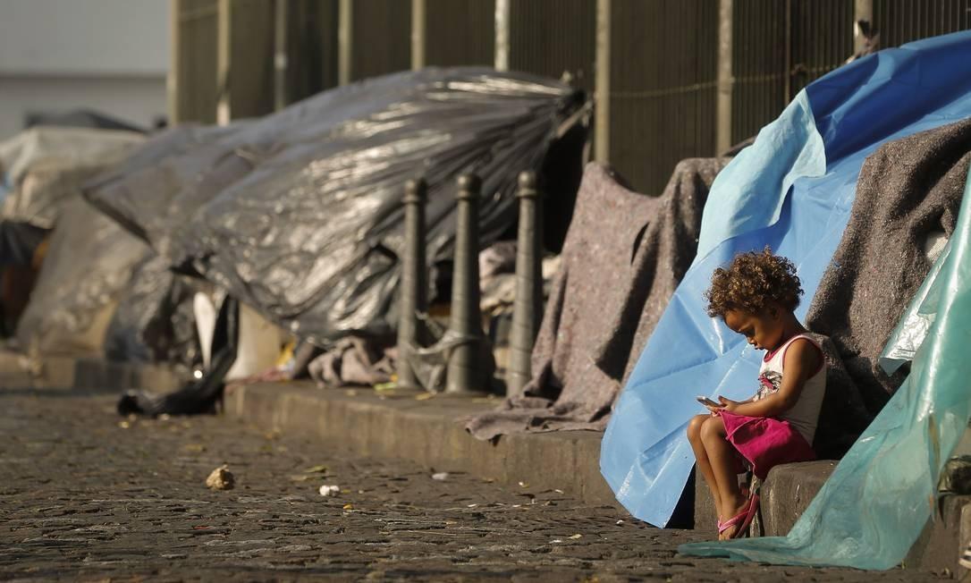 Acampamento de moradores de rua no Largo de São Francisco, no Centro do Rio, em 25 de julho de 2018 Foto: Pablo Jacob / Agência O Globo