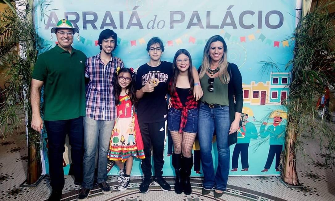 Witzel, os filhos e a mulher posam na festa julina do Palácio Guanabara Foto: Reprodução