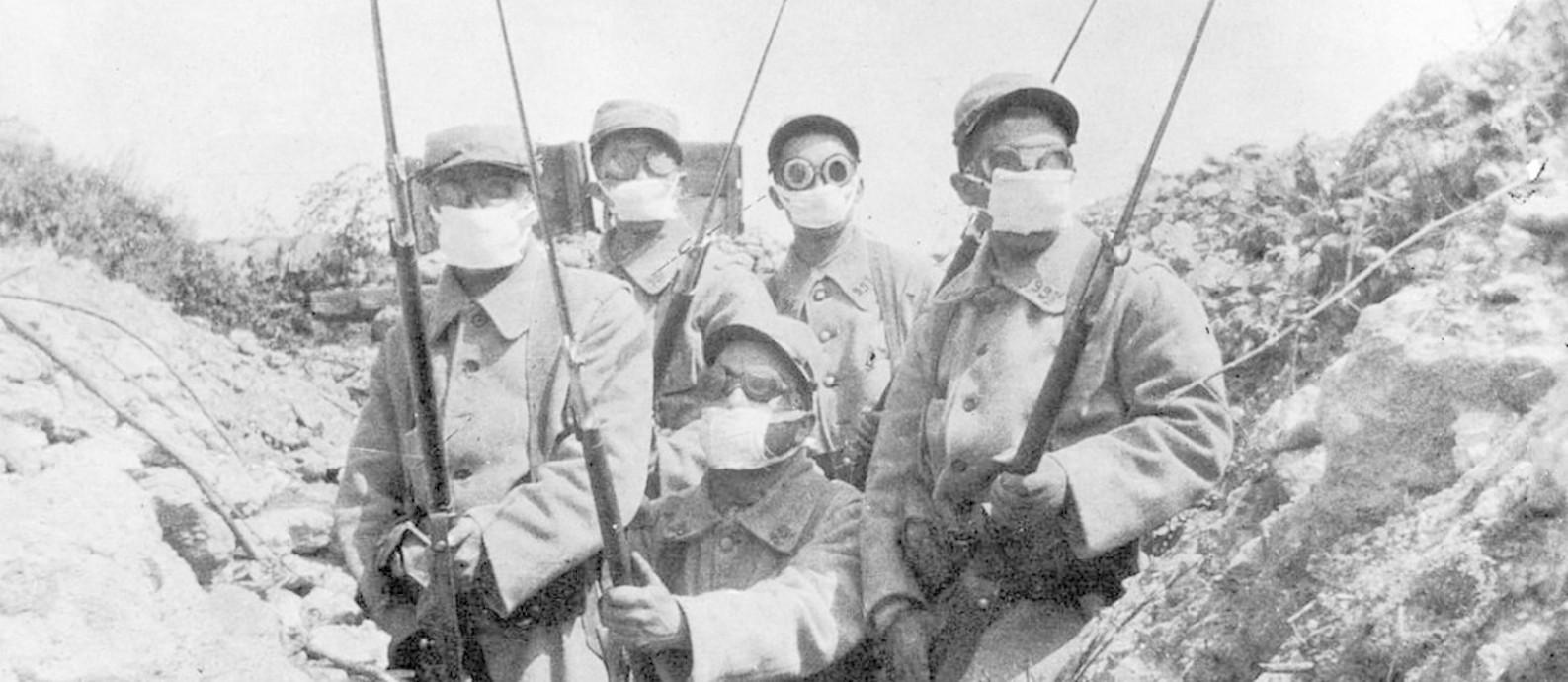 Soldados franceses vestem um protótipo de mascará de gás durante a segunda batalha de Ypres, por volta de 1915 Foto: Hulton Archive / Getty Images