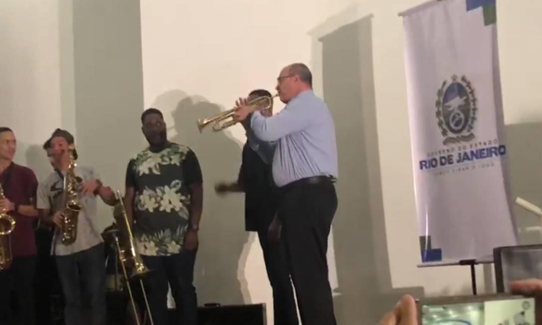 Witzel toca 'Parabéns para você' no trompete em cerimônia com estudantes em 29 de julho Foto: Reprodução