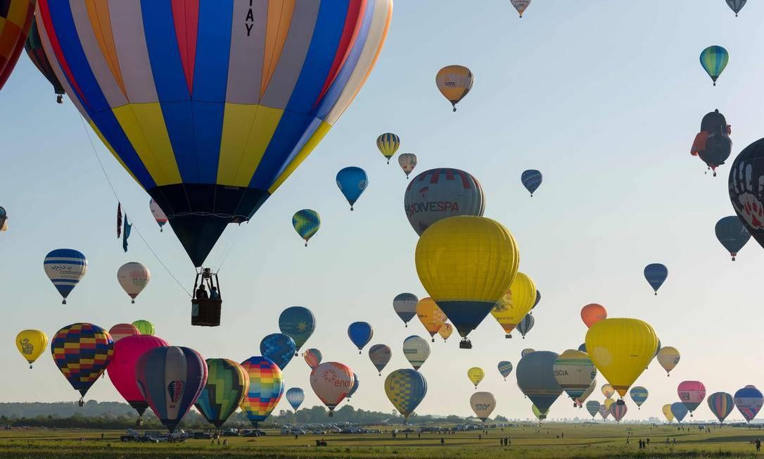 Mais de 400 balões de ar quente decolam da base aérea de Chambley, no leste da França, durante uma tentativa frustrada de quebrar o recorde mundial de decolagem de balões simultaneamente no período de uma hora, durante o encontro internacional de balonismo Grand Est Mondial Air Ballons Foto: JEAN-CHRISTOPHE VERHAEGEN / AFP