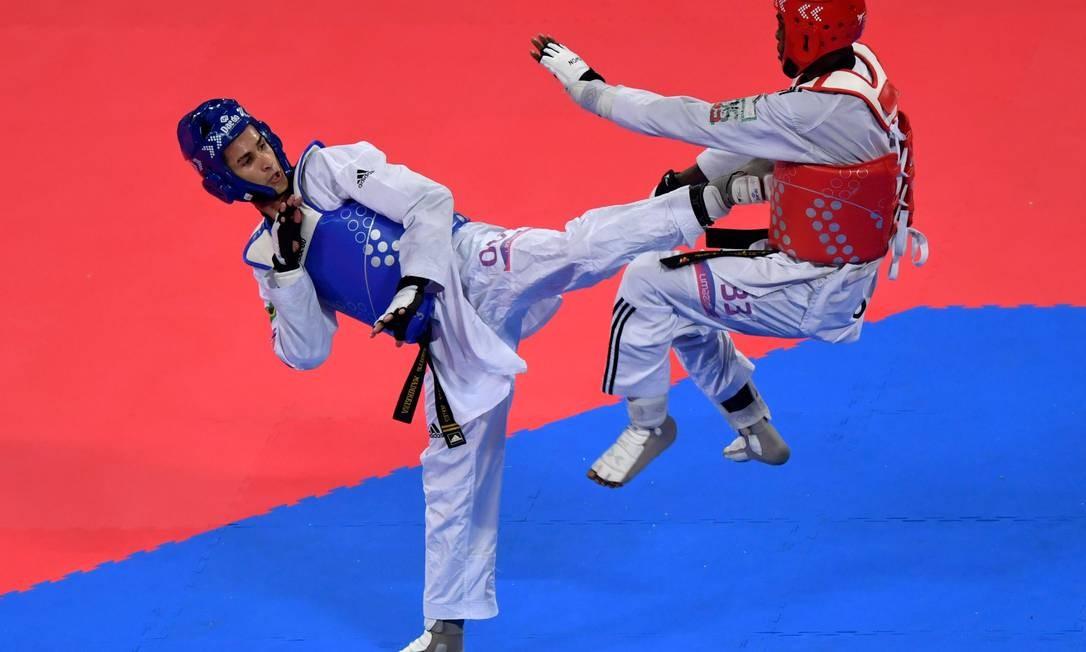O brasileiro Edival Marques (à esquerda) e Bernardo Pie, da República Dominicana, disputam a final dos 81kg do Taekwondo Masculino durante os Jogos Pan-Americanos de Lima. Marques conquistou a medalha de ouro Foto: LUIS ACOSTA / AFP