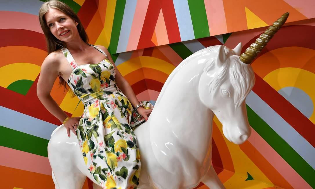 Lilla Gangel, fundador do Museu da Selfie, posa para foto montada em unicórnio Foto: ATTILA KISBENEDEK / AFP