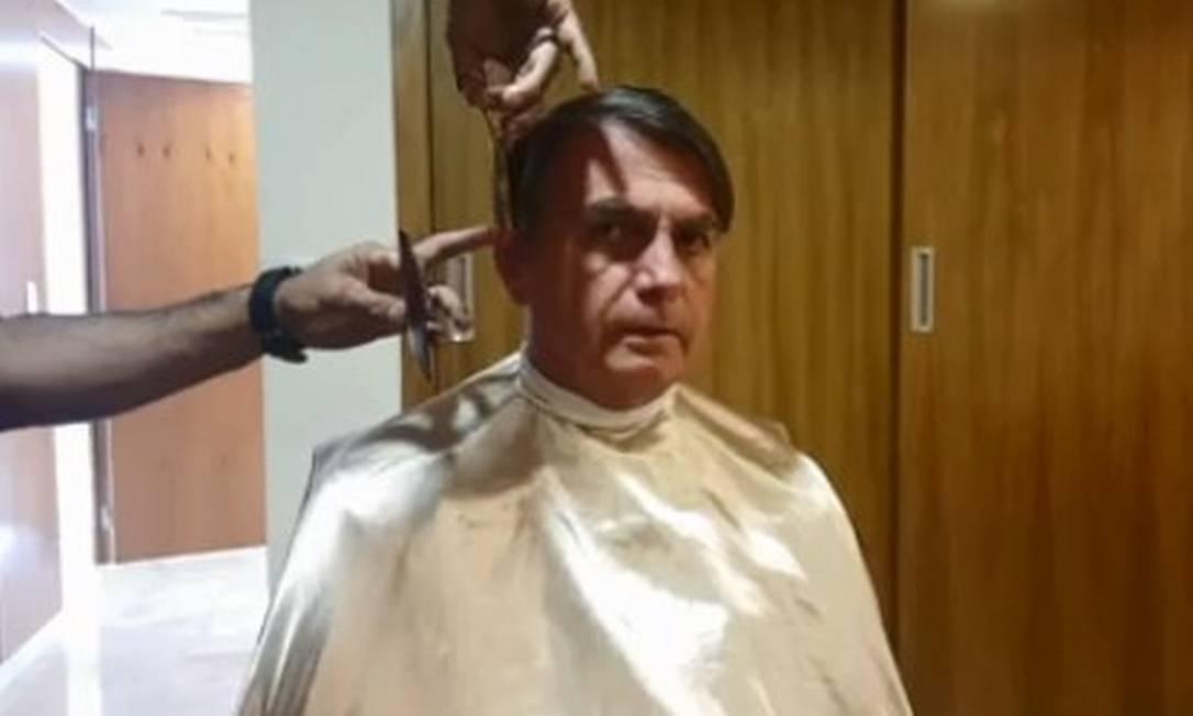 O presidente Jair Bolsonaro em transmissão ao vivo na qual apareceu cortando o cabelo Foto: Reprodução / Facebook