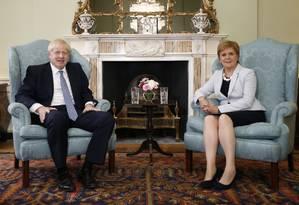 Primeiro-ministro britânico, Boris Johnson, posa ao lado da primeira-ministra escocesa, Nicola Sturgeon, em Edimburgo Foto: DUNCAN MCGLYNN / AFP