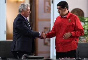 Nicolás Maduro (direita) cumprimenta presidente cubano, Miguel Díaz-Canel, durante encerramento de encontro do Foro de São Paulo, em Caracas Foto: FEDERICO PARRA / AFP