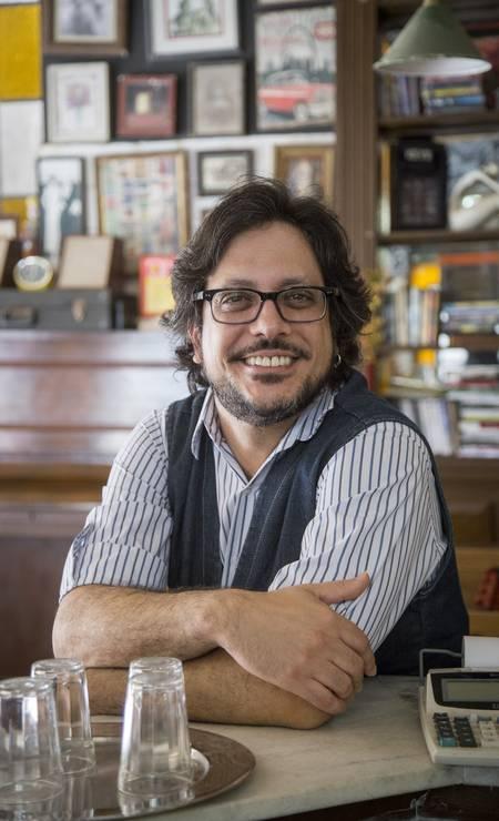 Roney (Lúcio Mauro Filho) é editor, tradutor e um eterno apaixonado por Nana, a quem vive declarando seu amor. Foto: Marilia Cabral / Divulgação