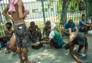Moradores de rua e usuários de crack dividem calçada em frente à Uerj, na Zona Norte do Rio Foto: Brenno Carvalho / Agência O Globo