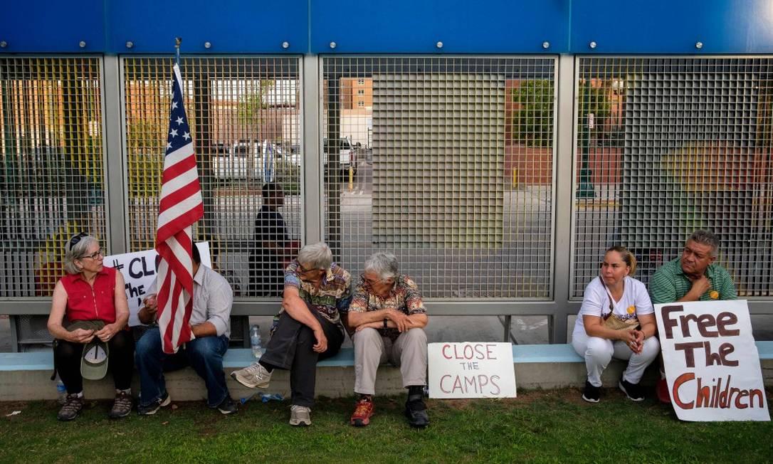 Pessoas se reúnem para protestar na frente de centros de denteções de imigrantes em El Paso, Texas Foto: LUKE MONTAVON / AFP 12-7-19