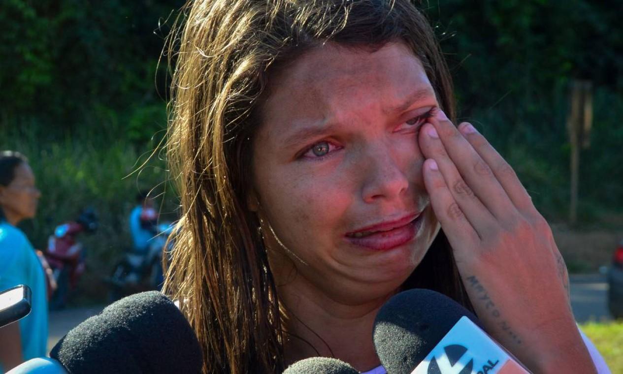Do lado de fora do presídio, cerca de 40 famílias se aglomeravam na noite de ontem em busca de informações. Foto: BRUNO SANTOS / AFP