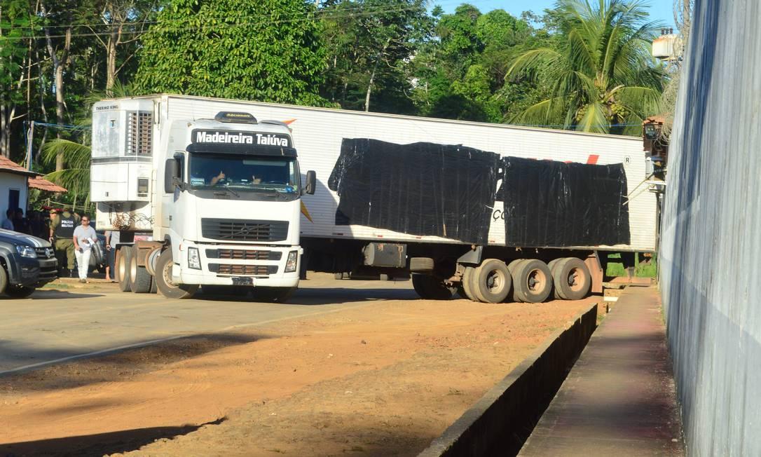 Caminhão é usado para armazenar corpos de detentos mortos em rebelião no Pará Foto: STRINGER / REUTERS
