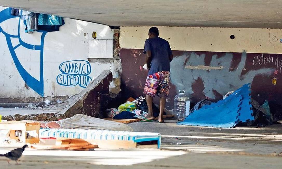 Um morador de rua sob o viaduto Saint Hilaire, na Lagoa, onde um homem matou duas pessoas a facadas no domingo: operação da Guarda Municipal recolheu objetos cortantes no local Foto: Pablo Jacob / Agência O GLOBO