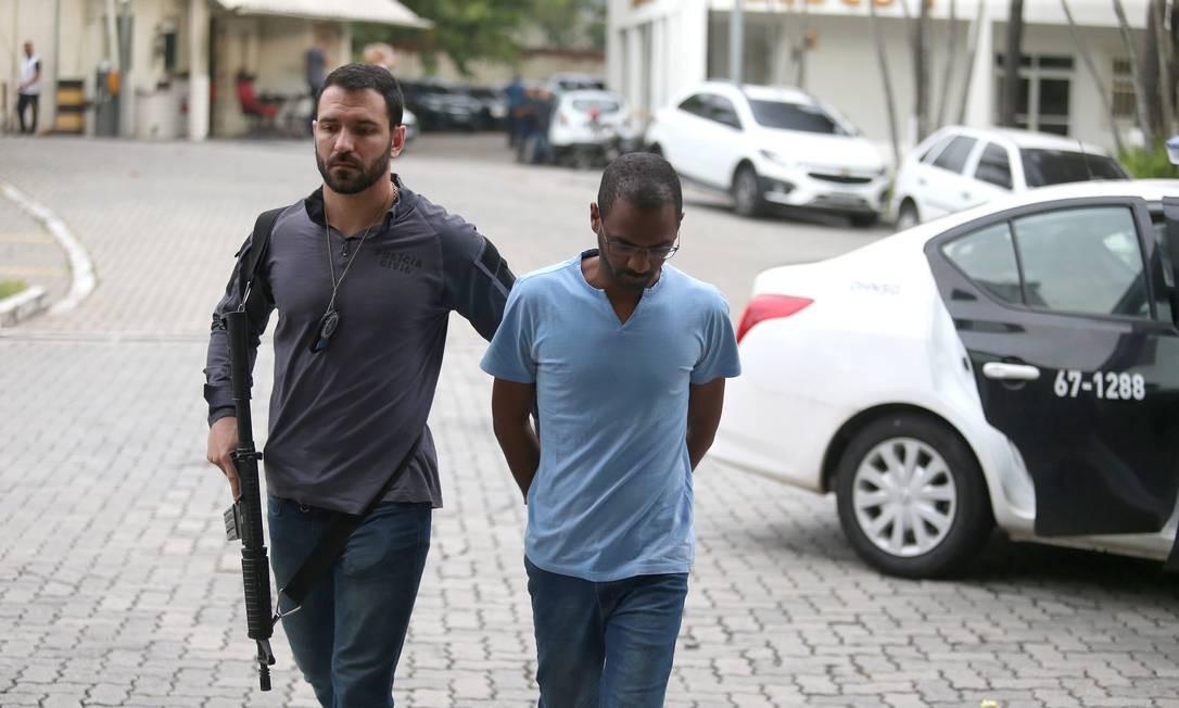 Empresário Vitor Alves da Silva Jr chega à Cidade da Polícia Foto: Fabiano Rocha / Agência O Globo