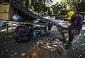 Gerson Lima dos Santos, 45 anos, vive nas ruas há 30 anos. Atualmente na Gloria e sobrevive de pequenos fretes e catando latas, papelão e outros materiais que vende para reciclagem. Foto: Guito Moreto / Agência O Globo
