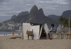 Moradora de rua em frente à cabana na Praia de Ipanema, em 14 de dezembro de 2017 Foto: Márcia Foletto / Agência O Globo