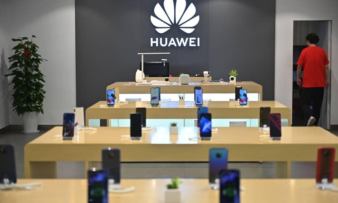 Vendas de smartphones da Huawei cresceram 24% no primeiro semestre Foto: HECTOR RETAMAL / AFP