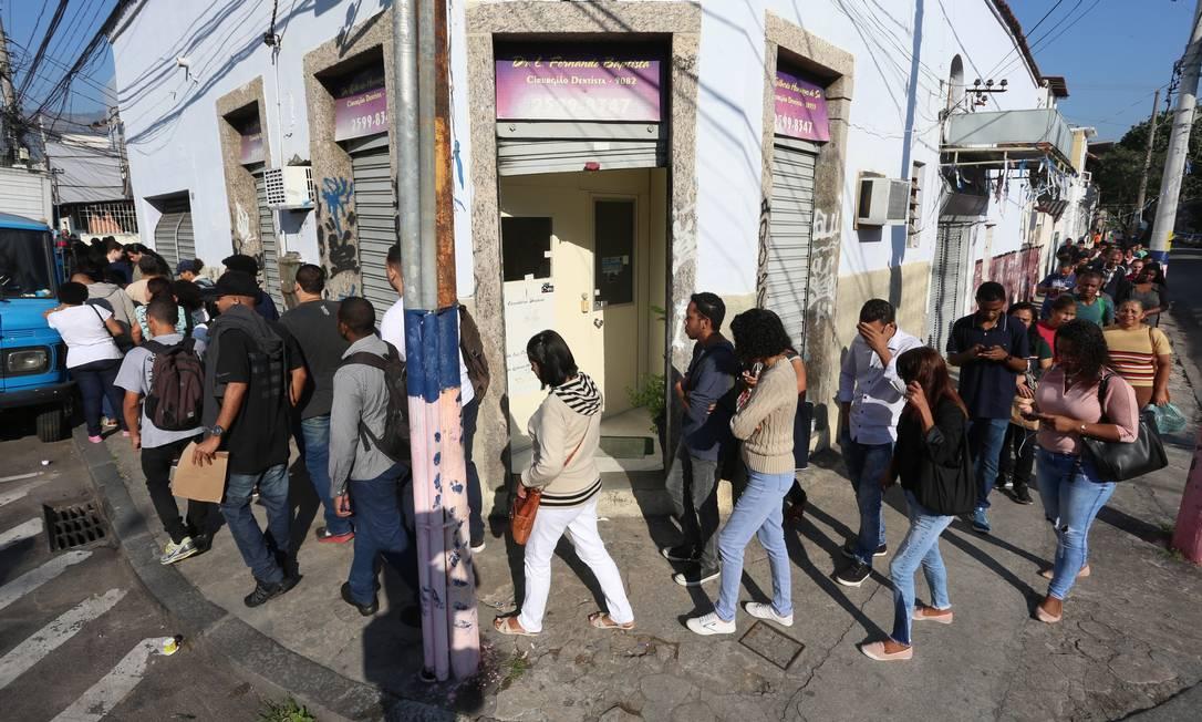Fila de emprego na quadra da escola de samba Arranco, no Engenho de Dentro, Zona Norte do Rio Foto: Fabiano Rocha / Fabiano Rocha