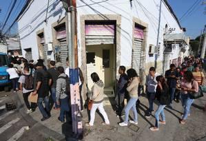 Fila de emprego na quadra da escola de samba Arranco, no Engenho de Dentro, Zona Norte do Rio Foto: Fabiano Rocha / O Globo