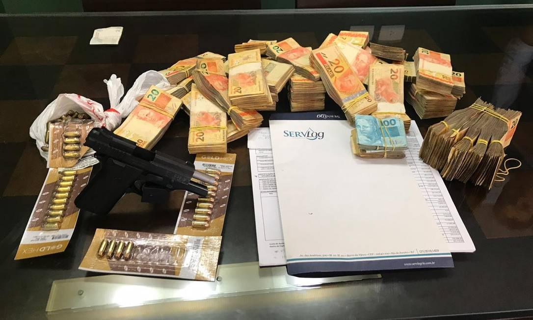 Pistola, dinheiro e munição foram apreendidos na operação Foto: Matheus Maciel / Agência O Globo