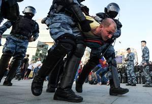 Manifestante é levado detido por policiais durante a repressão aos protestos em Moscou no último sábado: acusação de desordem maciça pode levar a pena de até 15 anos de prisão Foto: KIRILL KUDRYAVTSEV/AFP/27-07-2019