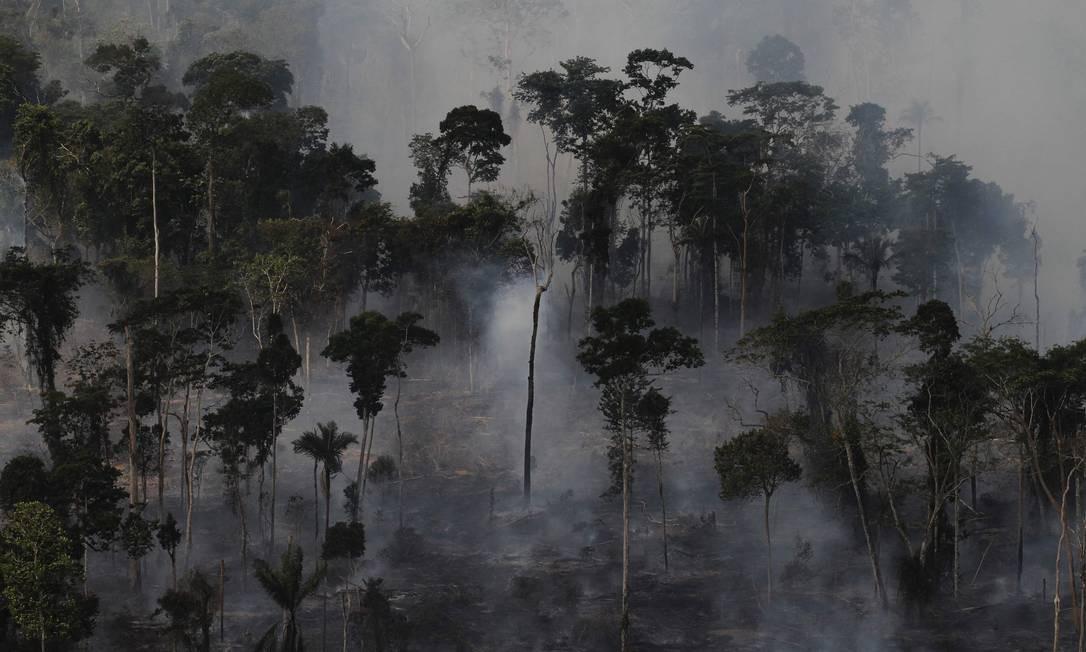 Nuvem de fumaça durante queimada de uma área da floresta amazônica para limpar a terra para agricultura, perto de Novo Progresso, Pará, em setembro de 2013. Apesar de considerados válidos e comprovados pela comunidade científica nacional e internacional , dados do Inpe foram postos em dúvida em uma ocasião pelo ministro do Meio Ambiente, Ricardo Salles Foto: Nacho Doce / REUTERS