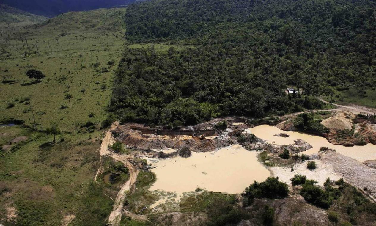 Mina ilegal de ouro, localizada em área de floresta amazônica desmatada, perto da cidade de Castelo dos Sonhos, no Pará, em 22 de junho de 2013. Só no último mês de junho, segundo o Inpe, a floresta perdeu 762,3 km² de mata nativa, o equivalente a duas vezes a área de Belo Horizonte Foto: NACHO DOCE / REUTERS