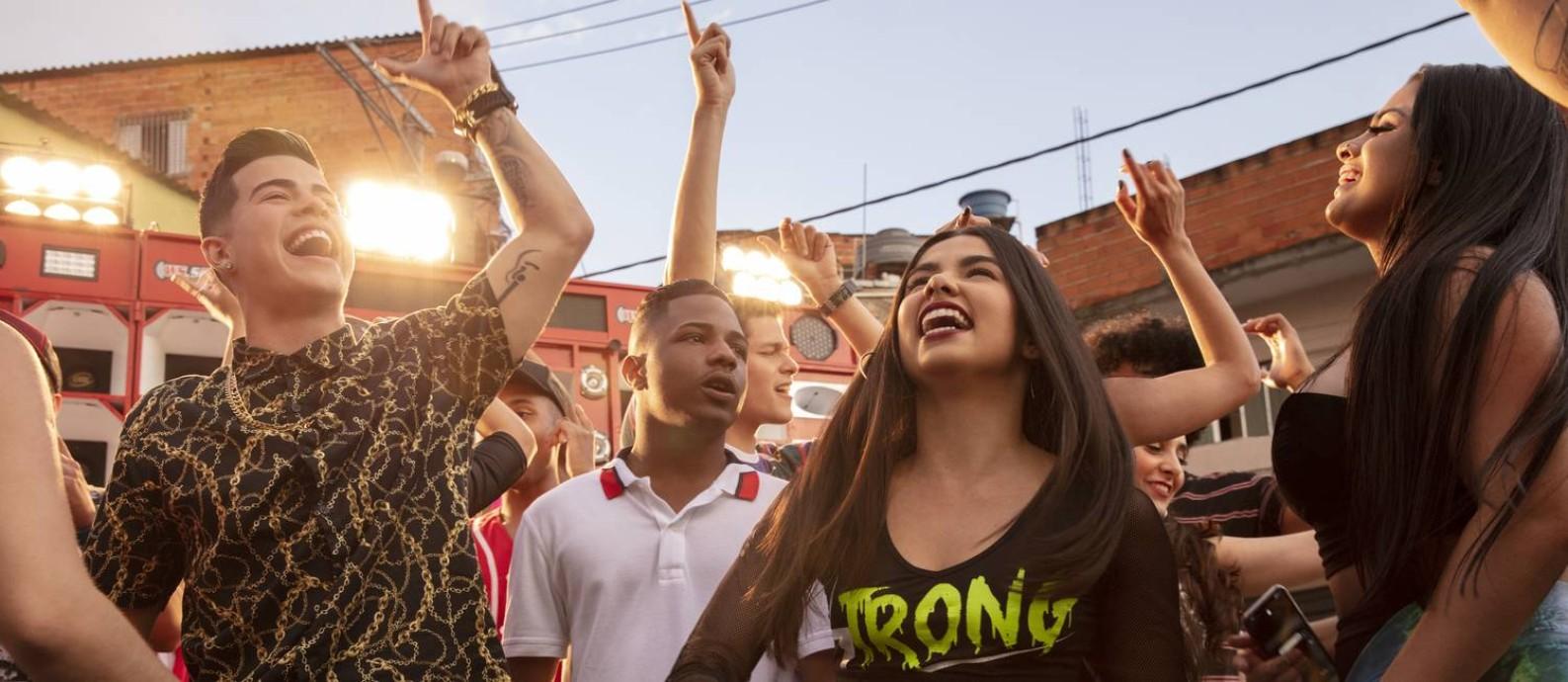 Doni (MC Jottapê), Nando (Christian Malheiros) e Rita (Bruna Mascarenhas) são os amigos de infância que protagonizam a série 'Sintonia', criada por KondZilla Foto: Christian Gaul/Netflix / Christian Gaul/Netflix