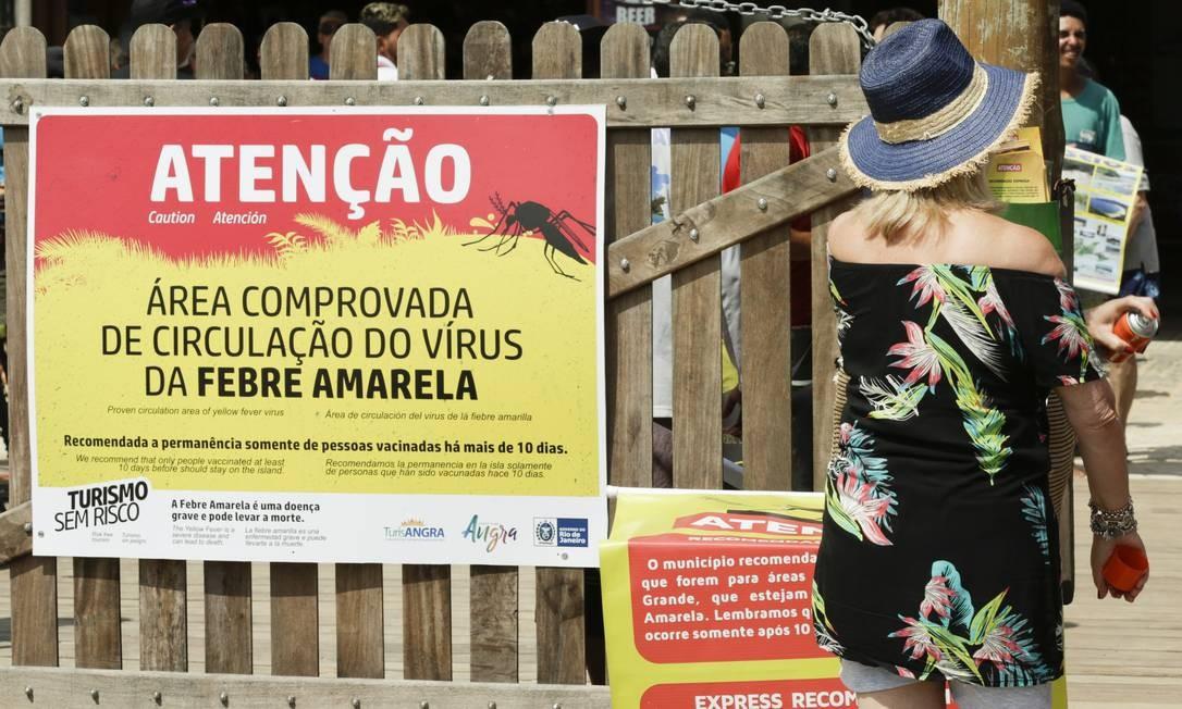 Aviso na Ilha Grande, no litoral do Rio de Janeiro, que teve surto no verão de 2018; temendo cenário nos estados do Sul, governo quer antecipar vacinação Foto: Gabriel de Paiva / Agência O Globo