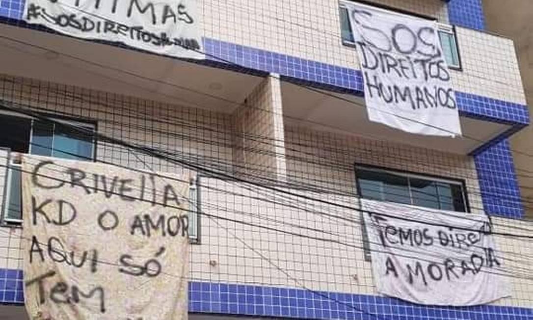 Moradores colocaram faixas de protesto nos prédios que foram condenados pela prefeitura Foto: Reprodução