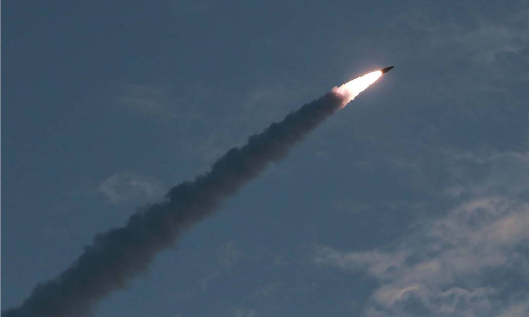 Imagem de míssil de curto alcance, divulgada pela Agência Central de Notícias da Coreia do Norte Foto: KCNA VIA KNS / AFP