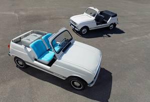 O 4L e-Plein Air elétrico (com bancos azuis) comparado ao modelo original de 1968 Foto: Divulgação
