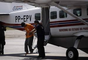 Transferência dos presos identificados como líderes do confronto ocorrido no Centro de Recuperação Regional de Altamira (CRRA), ocorrido na segunda-feira Foto: Bruno Cecim / Agência Pará