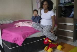 Ariane Gaudino com sua filha, Cora: ela teve problemas no parto da primeira filha e está grávida novamente. Agora, quer poder optar pelo cesárea Foto: Edilson Dantas / Agência O Globo