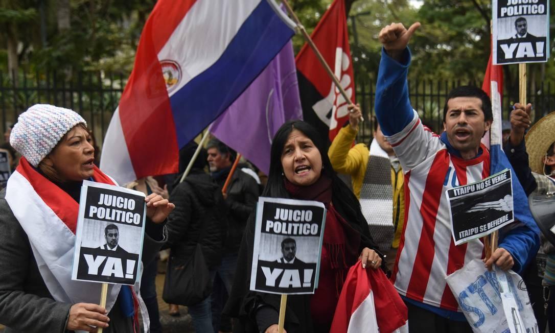 Opositores participam de protesto a favor do impeachment do presidente Mario Abdo Benítez, acusado de traição à Pátria por uma negociação sobre Itaipu considerada lesiva ao país Foto: NORBERTO DUARTE/AFP