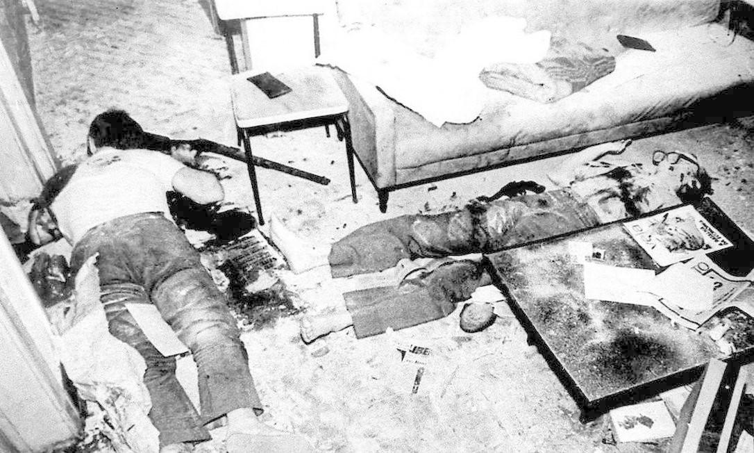 Cena do assassinato de Pedro Pomar e Ângelo Arroyo disponível no site Memorial da Democracia. Imagem apareceu sem as armas no documentário Foto: Memorial da Democracia/Reprodução