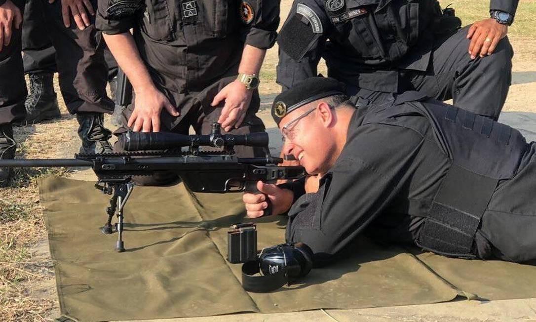 Witzel usou uniforme e sniper do Batalhão de Operações Policiais Especiais (Bope), da Polícia Militar, para treinar a pontaria Foto: Reprodução