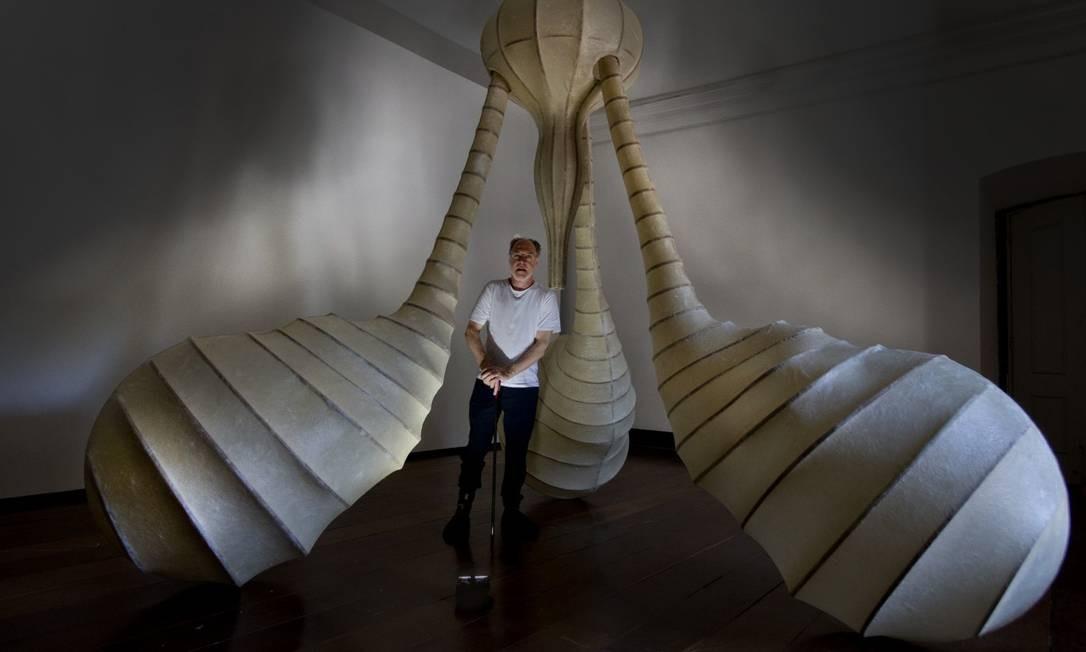A instalação com três pernas multiformes e uma apulheta fossilizada Foto: Antonio Scorza / Agência O Globo
