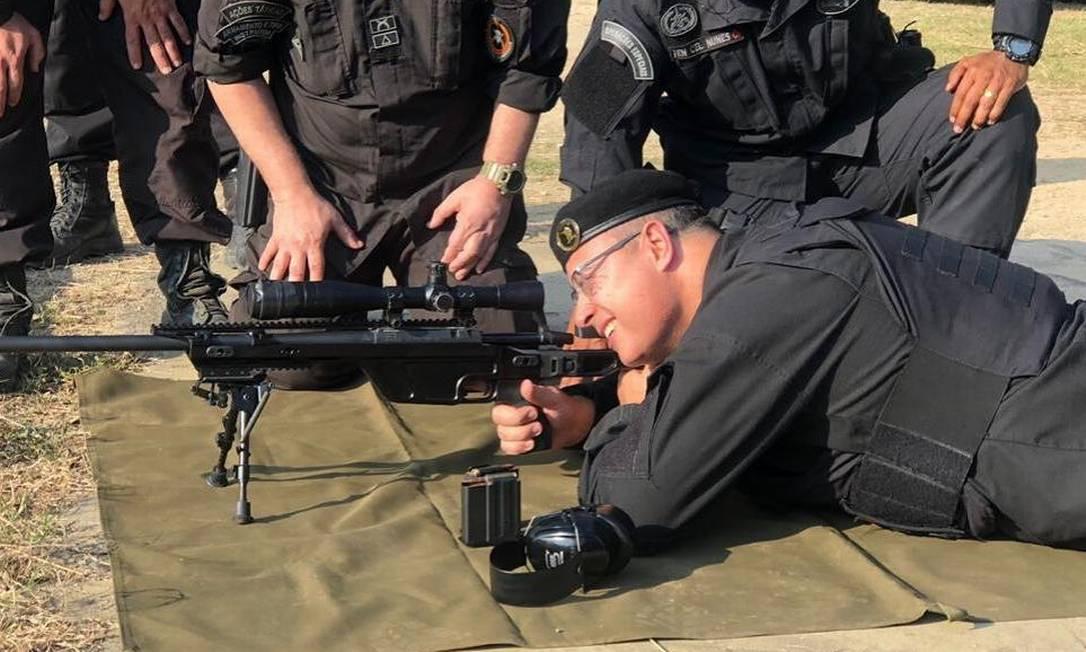 O governador Wilson Witzel usou uniforme de sniper do Batalhão de Operações Policiais Especiais (Bope), da Polícia Militar, para treinar a pontaria Foto: Redes sociais