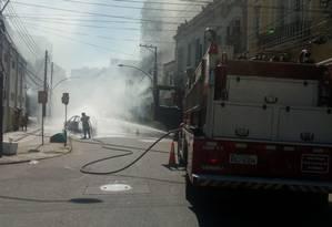 Bombeiros apagam fogo em carro na Rua General Polidoro, em Botafogo Foto: Divulgação / Centro de Operações Rio
