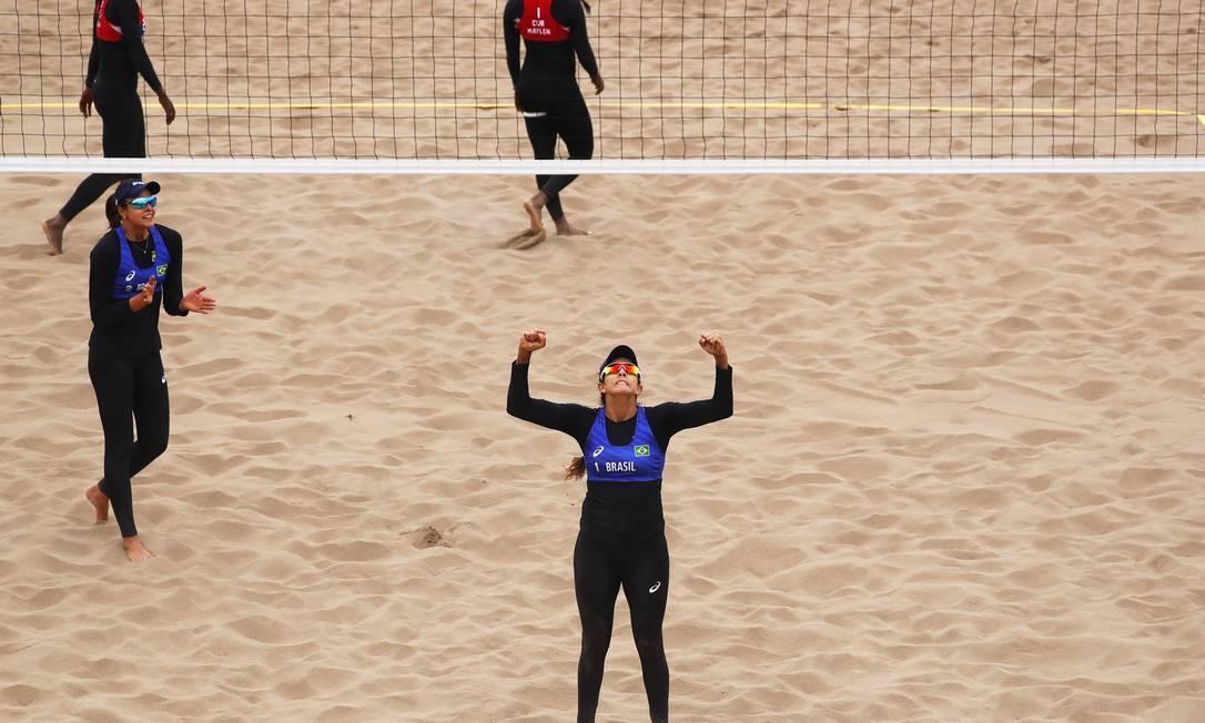 Ângela Rebouças e Carol Horta (azul) conquistaram a medalha de bronze no vôlei de praia. A dupla venceu as cubanas Maylen Delís e Leila Martínez por 2 sets a 0 Foto: Marcos Brindicci / Marcos Brindicci / Lima 2019