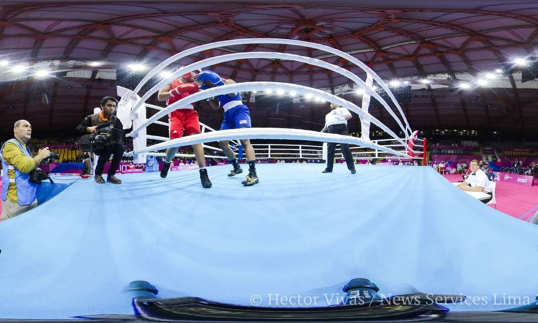 Flávia Figuereido (vermelho) ganhou a medalha de bronze no boxe. Na foto Flávia luta com Naomi Graham dos EUA Foto: Hector Vivas / Hector Vivas / Lima 2019