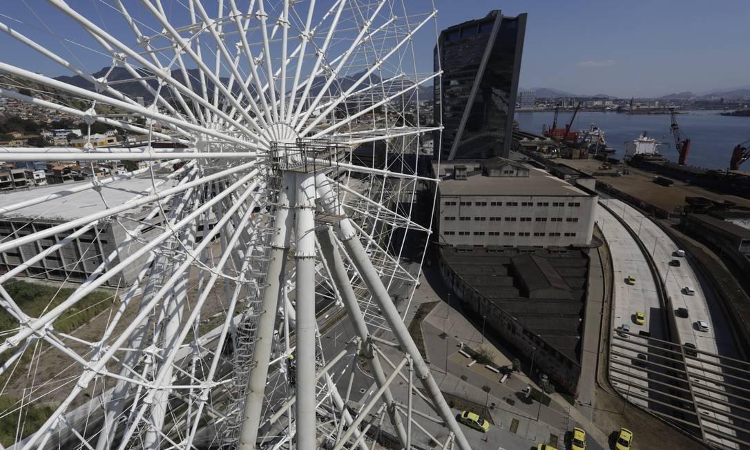 Roda-gigante do Porto do Rio chega a 55 metros de um total de 85m. Foto: Custódio Coimbra / Agência O Globo