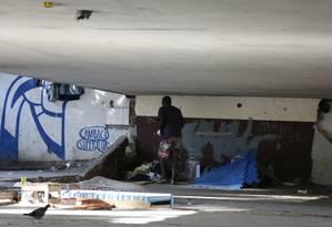 Morador de rua vivia sob o Viaduto Saint Hilaire, próximo ao local da morte de duas pessoas esfaqueadas na Lagoa Foto: Pablo Jacob / Agência O Globo