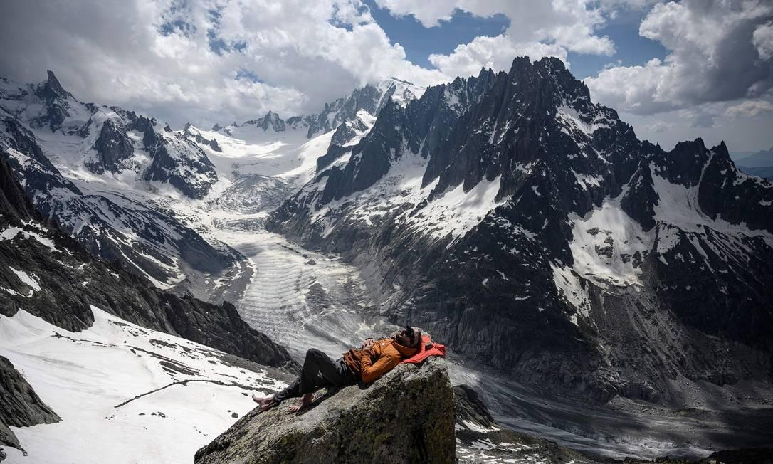 Aspirante a guia de montanha descansa perto do Mar de Gelo, no Refúgio Charpoua, em Chamonix, na França Foto: MARCO BERTORELLO / AFP