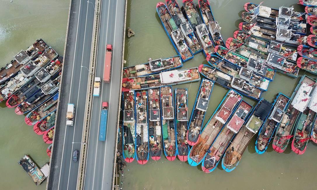 Barcos de pesca atracados no último dia da moratória de pesca no verão, enquanto se preparam para deixar o porto em Lianyungang, na província de Jiangsu, leste da China Foto: STR / AFP