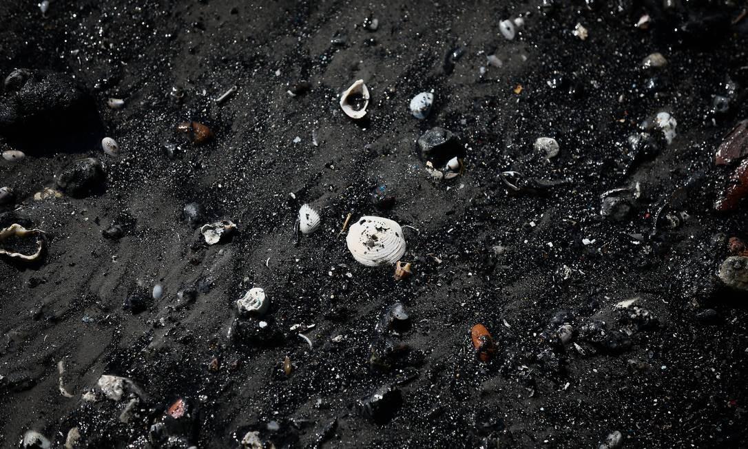 """Quando o nível do mar diminuiu, a """"lixarada"""" saiu. Se a comporta estivesse funcionando, todo o material teria sido desviado, como acontece normalmente, para o Emissário Submarino de Ipanema Foto: Pablo Jacob / Agência O Globo"""