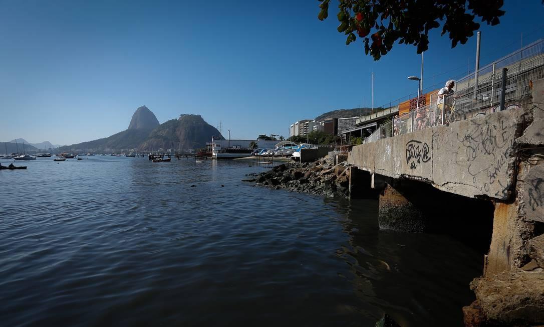 As águas de dois rios e o esgoto do bairro mancharam a enseada com água de cor escura e malcheirosa Foto: Pablo Jacob / Agência O Globo